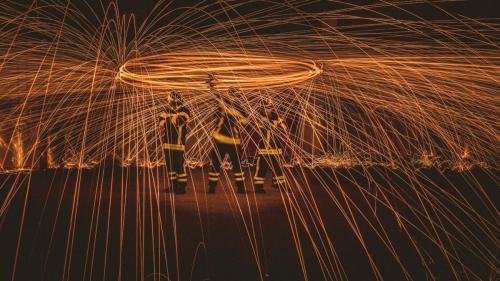 des pompiers et du feu en photo